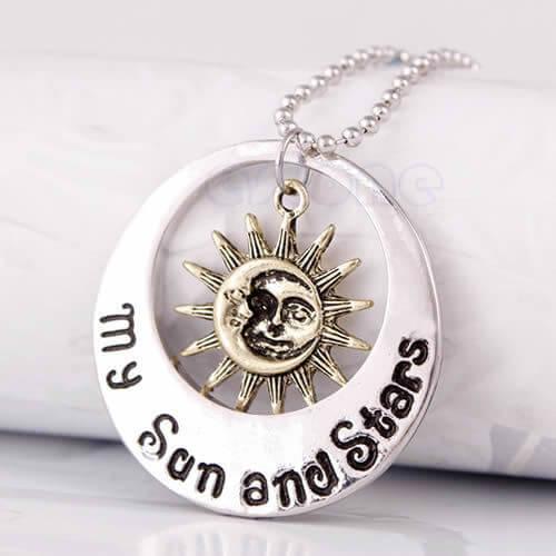На картинке кулон «Луна со звездой» (Игра престолов), вид спереди.