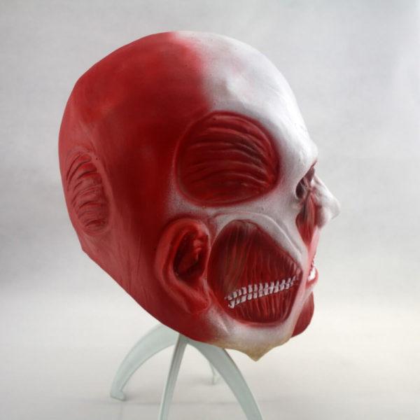 На картинке маска титана из аниме «Атака титанов», вид сбоку.