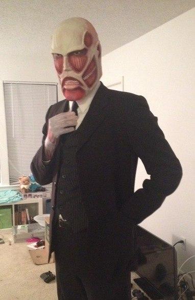 На картинке маска титана из аниме «Атака титанов», общий вид.