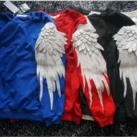 На картинке свитшот с крыльями (4 варианта), вид спереди, цвета синий, красный, черный и белый.