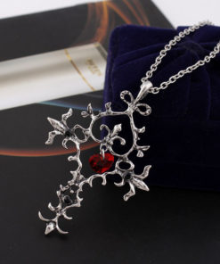 На картинке крест «Священное сердце» (Дневники вампира).