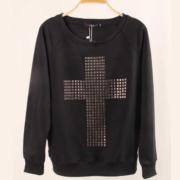 На картинке свитшот с крестом (2 варианта), вид спереди, цвет черный.