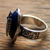 На картинке кольцо Стефана Сальваторе (Дневники вампира), вид сбоку.