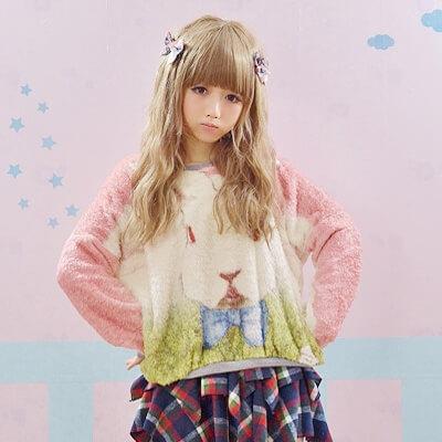 На картинке кофта с кроликом из «Алисы в стране чудес» (Дисней), вид спереди, цвет розовый.