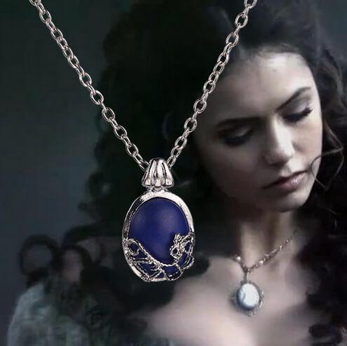 На картинке кулон Кэтрин Пирс (Дневники вампира), вид спереди.