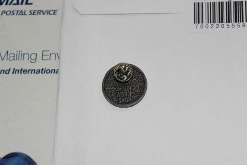 На картинке значок ассасина «Assassins creed» (Ассасин крид), вид сзади.