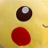 На картинке плюшевая игрушка Пикачу (Покемон), детали.