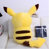 На картинке плюшевая игрушка Пикачу (Покемон), вид сзади.