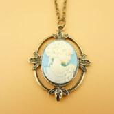 На картинке камея ожерелье Кэтрин Пирс (Дневники вампира), вид спереди.
