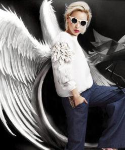 На картинке свитшот с крыльями (4 варианта), вид сбоку, цвет белый.