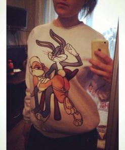 На картинке свитшот кролик Багз Банни с крольчихой (bugs bunny), вид спереди (отзеркалено).