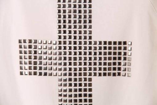 На картинке свитшот с крестом (2 варианта), крупный план, цвет розовый.