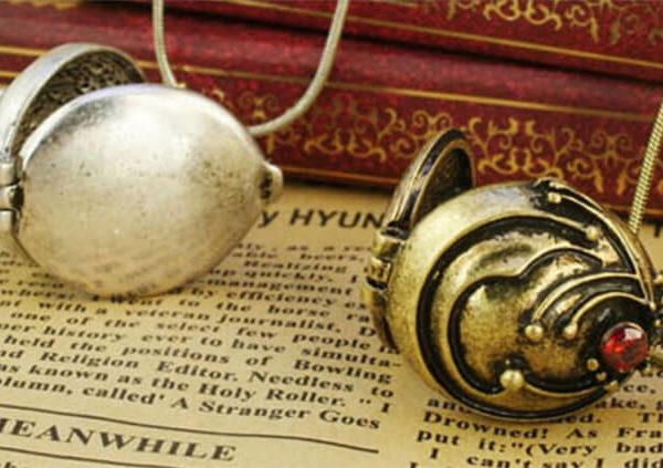 На картинке кулон-медальон Елены Гилберт (Дневники вампира), 2 варианта, крупный план.