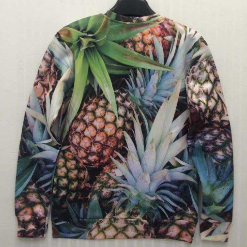 На картинке свитшот с ананасами, вид сзади.