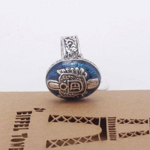 На картинке кольцо Деймона Сальваторе (Дневники вампира), вид сбоку.