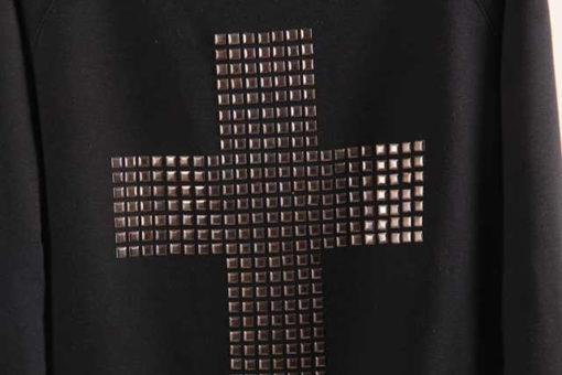 На картинке свитшот с крестом (2 варианта), крупный план, цвет черный.