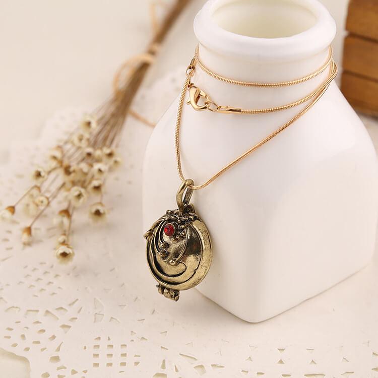На картинке кулон-медальон Елены Гилберт (Дневники вампира), в золотом варианте.