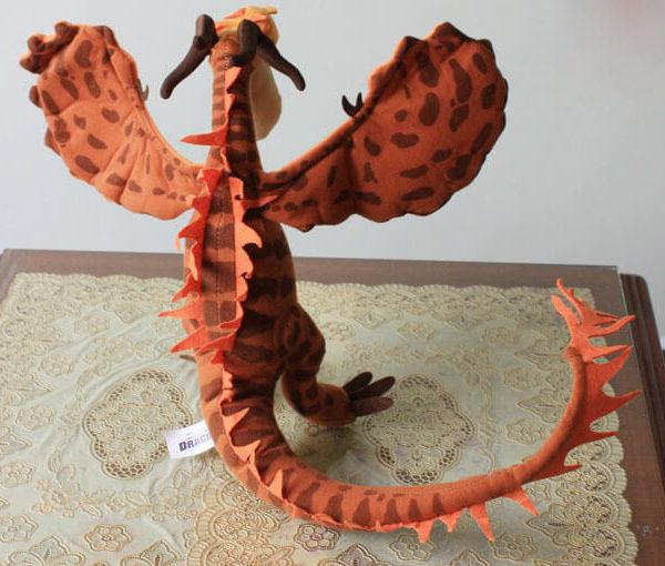 На картинке мягкая игрушка Кривоклык (Как приручить дракона 2), вид сзади.