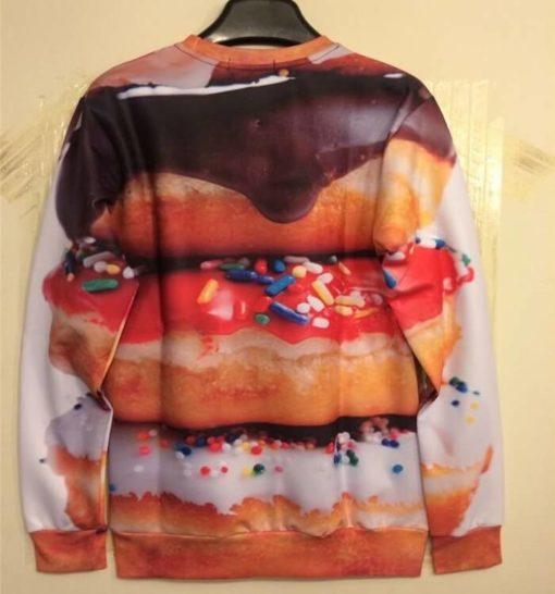 На картинке свитшот с пончиками, вид сзади.