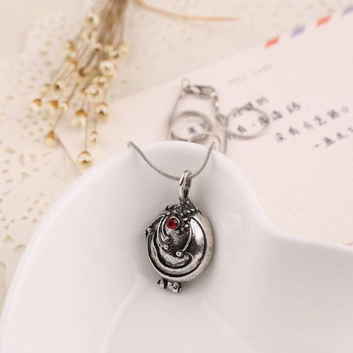 На картинке кулон-медальон Елены Гилберт (Дневники вампира), в серебристом варианте.