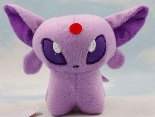 На картинке мягкая игрушка покемон Эспеон (Espeon), вид спереди.