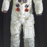 На картинке свитшот с космонавтом, крупный план.
