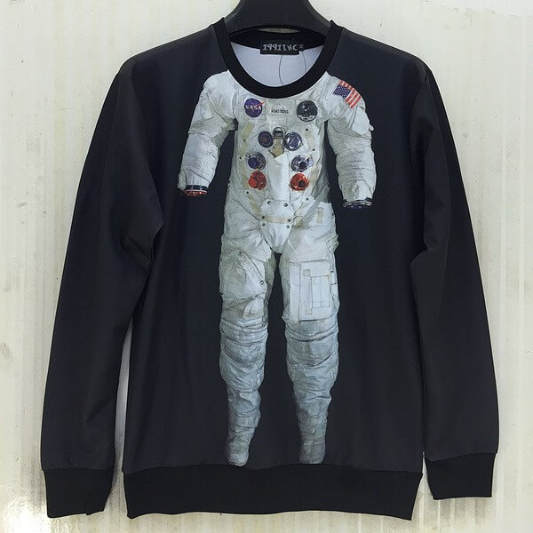 На картинке свитшот с космонавтом, вид спереди.