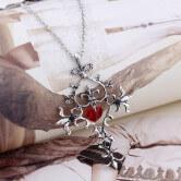 На картинке крест «Священное сердце» (Дневники вампира), крупный план.