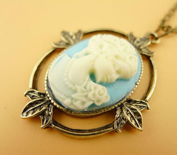 На картинке камея ожерелье Кэтрин Пирс (Дневники вампира), крупный план.