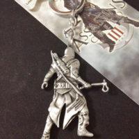 На картинке брелок «Assassins creed» (Ассасин крид), вид сзади.
