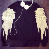 На картинке свитшот с крыльями (4 варианта), вид спереди, цвет черный.