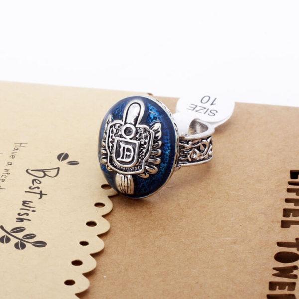 На картинке кольцо Сальваторе (Дневники вампира), кольцо Деймона, общий вид.