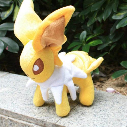 На картинке мягкая игрушка покемон Джолтеон (Jolteon) 3 варианта, общий вид.