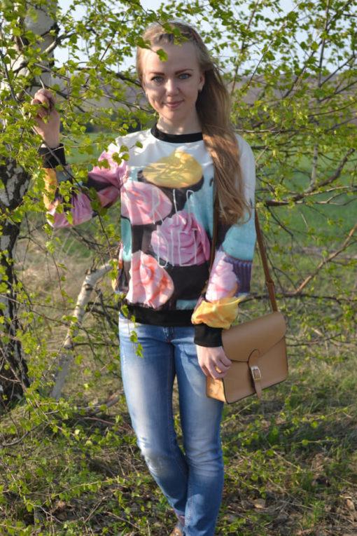 На картинке свитшот с кексами (женский), вид спереди.