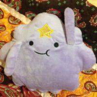 На картинке мягкая игрушка Принцесса Пупырка (Время приключений), вид спереди.