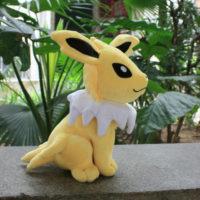 На картинке мягкая игрушка покемон Джолтеон (Jolteon) 3 варианта, вид сбоку.