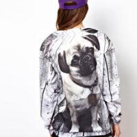 На картинке свитшот с собакой «Мопс», вид сзади.
