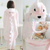 На картинке пижама-кигуруми «Динозавр», вид сзади и детали, цвет светло-розовый.