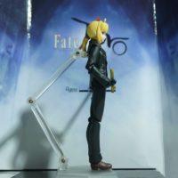 На картинке фигурка Fate Zero Сейбер в черном костюме (подвижная), вид сбоку.