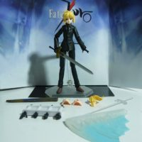 На картинке фигурка Fate Zero Сейбер в черном костюме (подвижная), общий вид и детали.