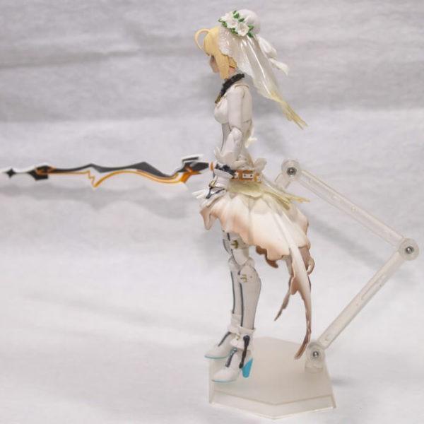 На картинке фигурка Fate Zero Сейбер в свадебном платье (подвижная), вид сбоку.