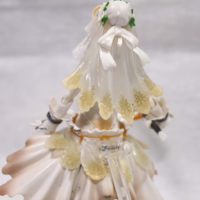 На картинке фигурка Fate Zero Сейбер в свадебном платье (подвижная), вид сзади крупным планом.
