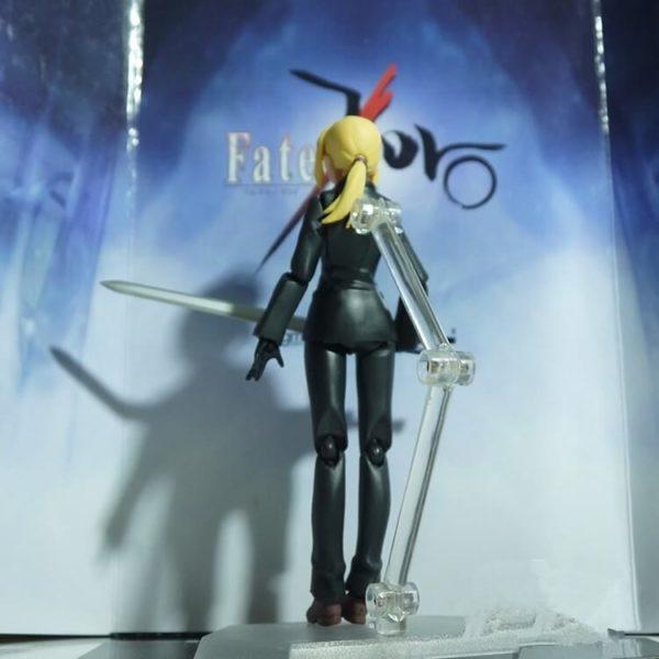 На картинке фигурка Fate Zero Сейбер в черном костюме (подвижная), вид сзади.