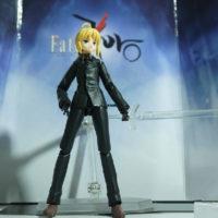 На картинке фигурка Fate Zero Сейбер в черном костюме (подвижная), вид спереди.