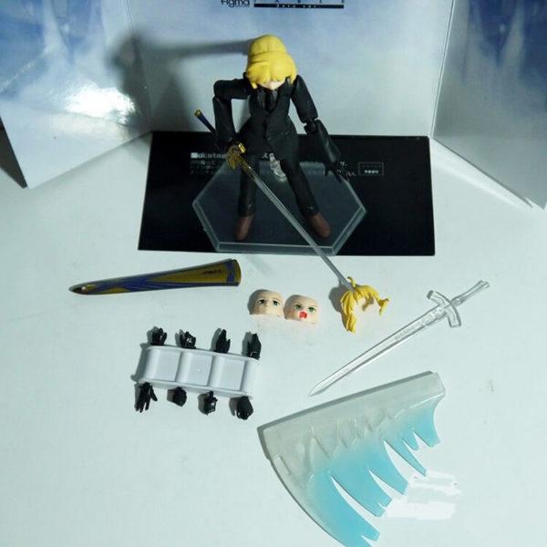 На картинке фигурка Fate Zero Сейбер в черном костюме (подвижная), вид сверху и детали.