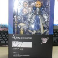 На картинке фигурка Fate-stay night Сейбер подвижная, вид спереди в упаковке.