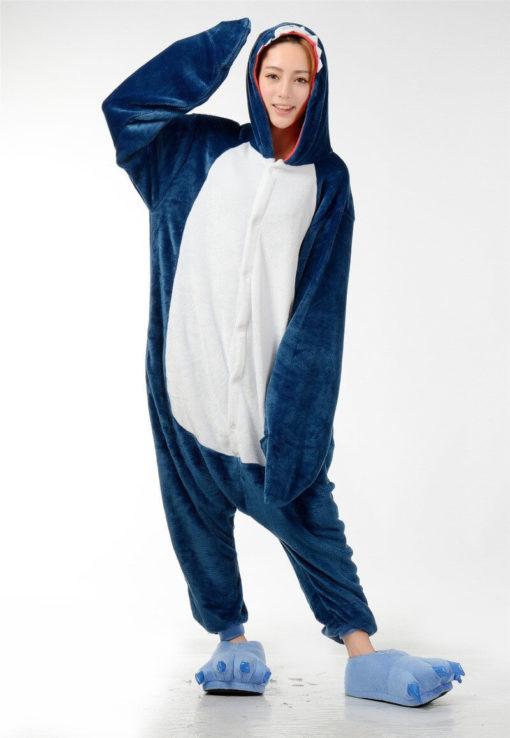 На картинке пижама-кигуруми «Акула», вид спереди.