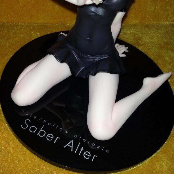 На картинке фигурка Fate-stay night Сейбер в купальнике, детали крупным планом.