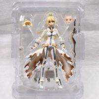 На картинке фигурка Fate Zero Сейбер в свадебном платье (подвижная), вид спереди в упаковке.