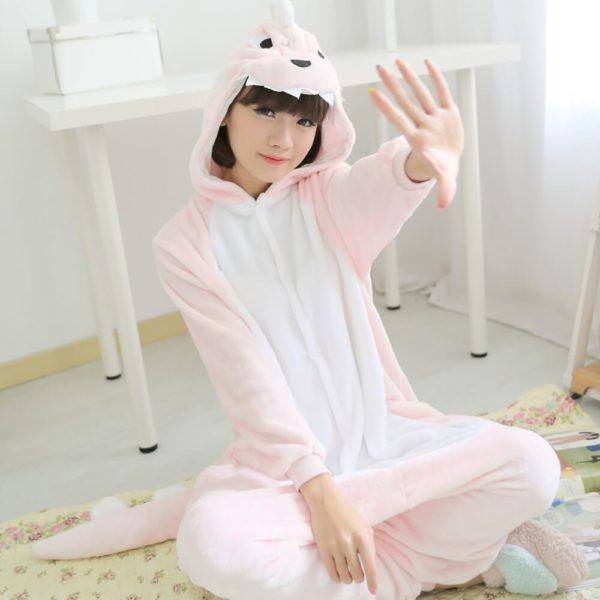 На картинке пижама-кигуруми «Динозавр», общий вид, цвет светло-розовый.